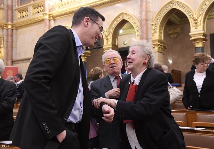 Karácsony Gergelyt, a Párbeszéd társelnökét, az MSZP és a Párbeszéd miniszterelnök-jelöltjét üdvözlik a résztvevők az Országos Nyugdíjas Parlament második ülésén az Országház Felsőházi termében 2018. január 25-én.
