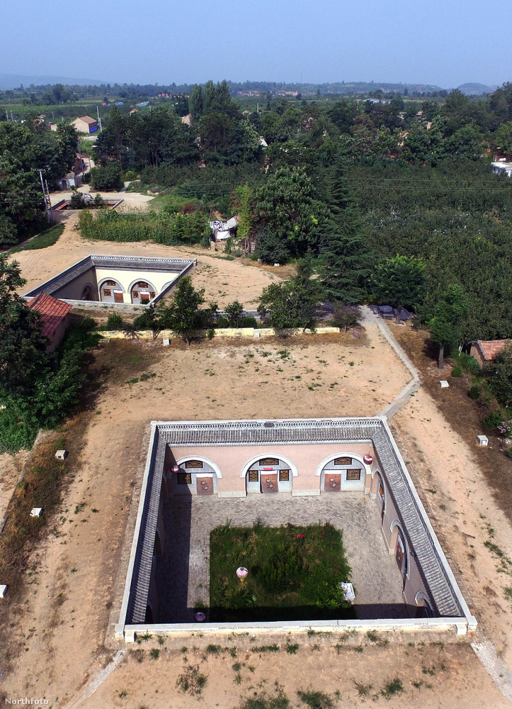 A Sanmenxia városhoz tartozó faluban nagyjából 100 ilyen udvar található, ezekből pedig barlanglakások nyílnak.