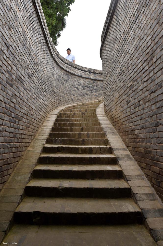 A helyiek lépcsőkön közlekednek a felszín és az otthonaik között és kutakkal akadályozzák meg, hogy a víz elárassza őket.