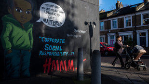 Graffitiben vágtak vissza a rasszista H&M-reklámért