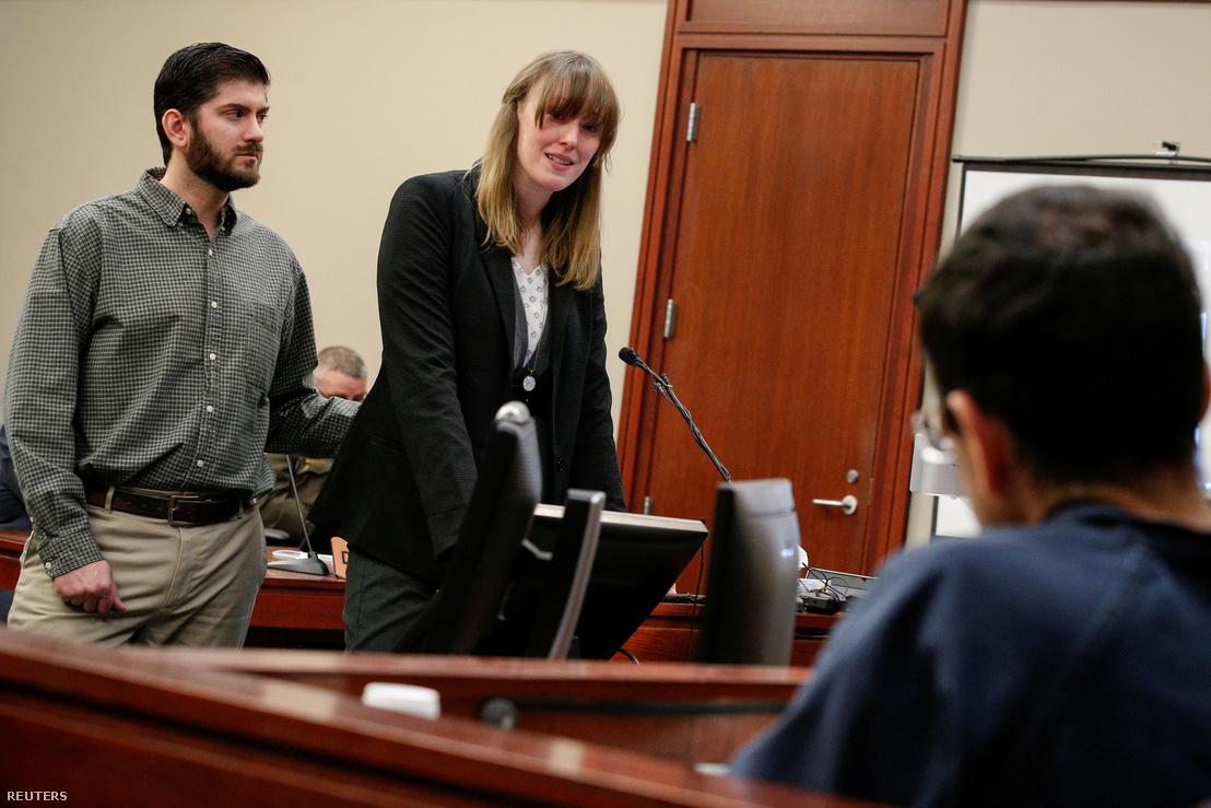 Jennifer Rood-Bedford tesz vallomást, előtérben a vádlott, Nassar