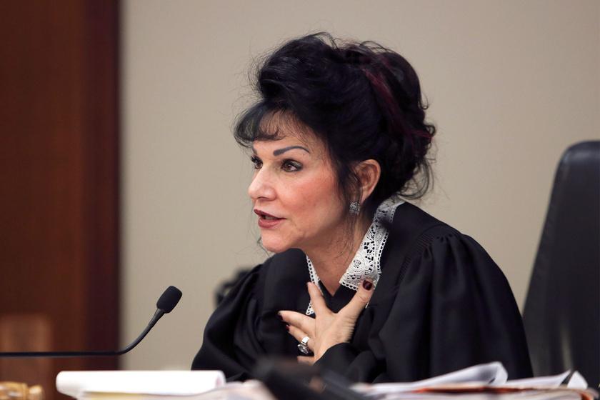 Rosemarie Aquilina bírónő kimondja az ítéletet.