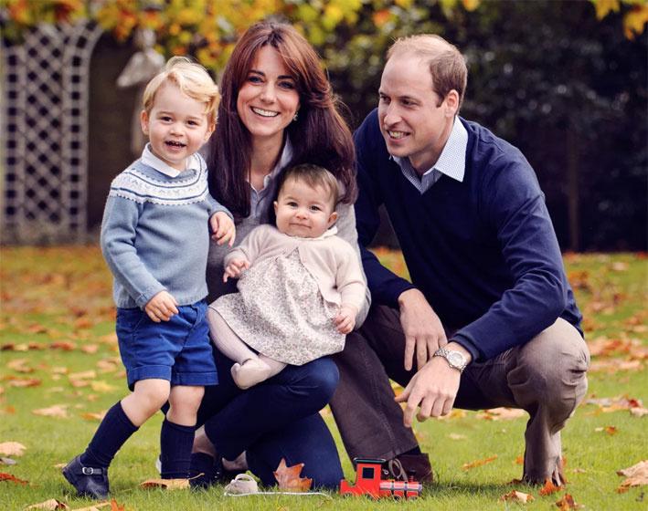 A hercegi család a karácsonyi üdvözlőlapjukhoz pózolt - a természetes közeghez Katalin barna és kék ruhákat választott.
