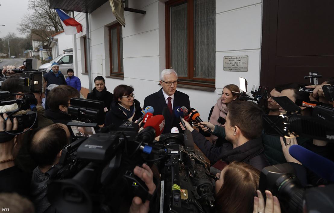 Jirí Drahos elnökjelölt a Cseh Tudományos Akadémia volt elnöke miután voksolt egy prágai szavazóhelyiségben a cseh elnökválasztás első fordulójának első napján 2018. január 12-én.