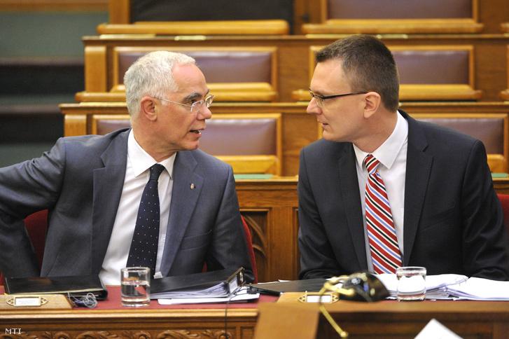 Balog Zoltán az emberi erőforrások minisztere (b) és Rétvári Bence az Emberi Erőforrások Minisztériumának parlamenti államtitkára beszélget az Országgyűlés plenáris ülésén 2015. május 4-én.