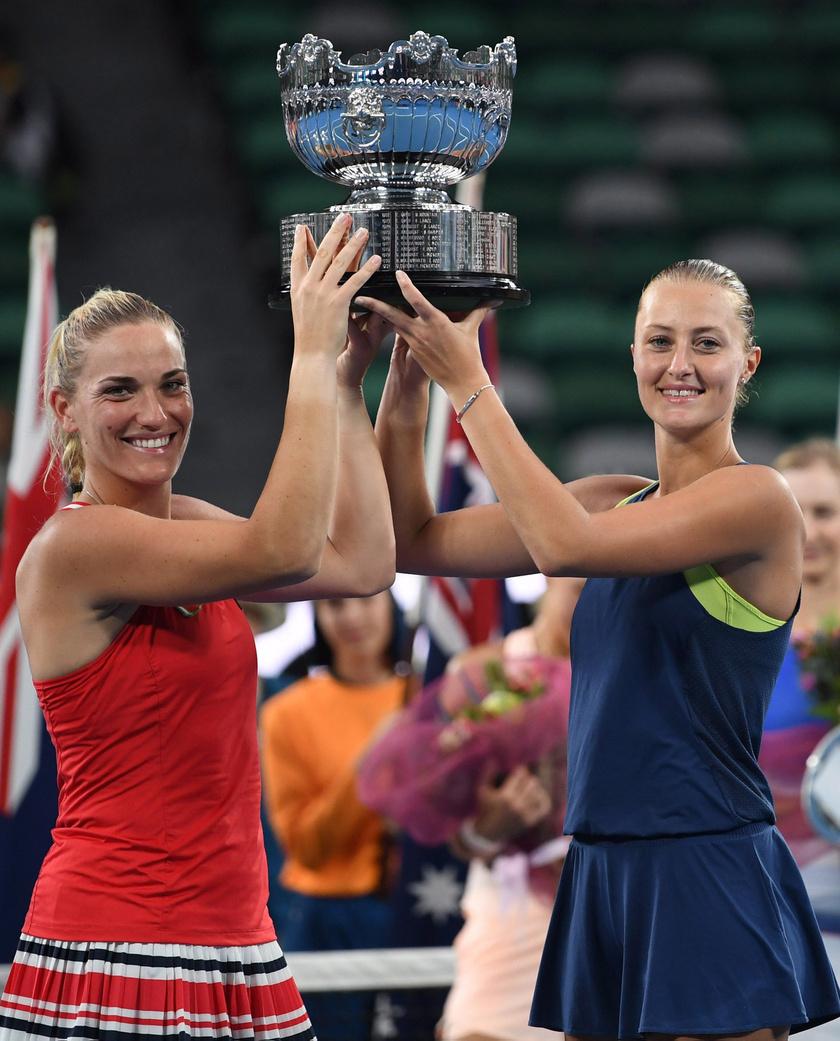 Babos Tímea és a francia Kristina Mladenovic a bajnoki trófeával az ausztrál nyílt teniszbajnokság női párosának döntője után Melbourne-ben.