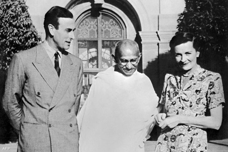 Lord Louis Mountbatten (India utolsó brit alkirálya), Mahatma Gandhi és Lady Edwina Mountbatten 1947 áprilisában