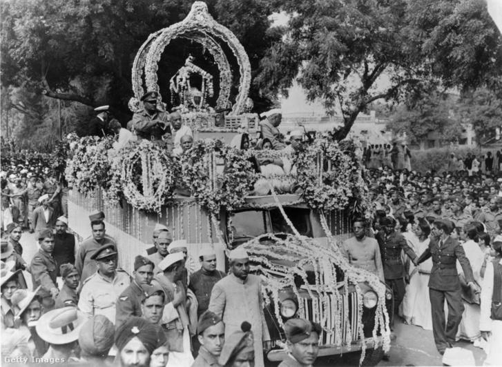 A Gandhi hamvait szállító autó Allahabad utcáin 1948. február 17-én