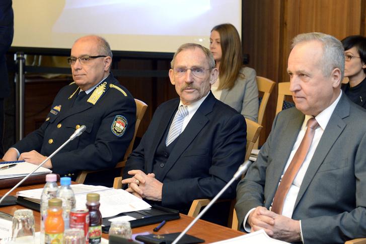 Papp Károly országos rendőrfőkapitány Pintér Sándor belügyminiszter és Kontrát Károly a Belügyminisztérium parlamenti államtitkára (b-j) az Országgyűlés nemzetbiztonsági bizottsága zárt ülésén az Országgyűlés Irodaházában 2017. november 21-én.