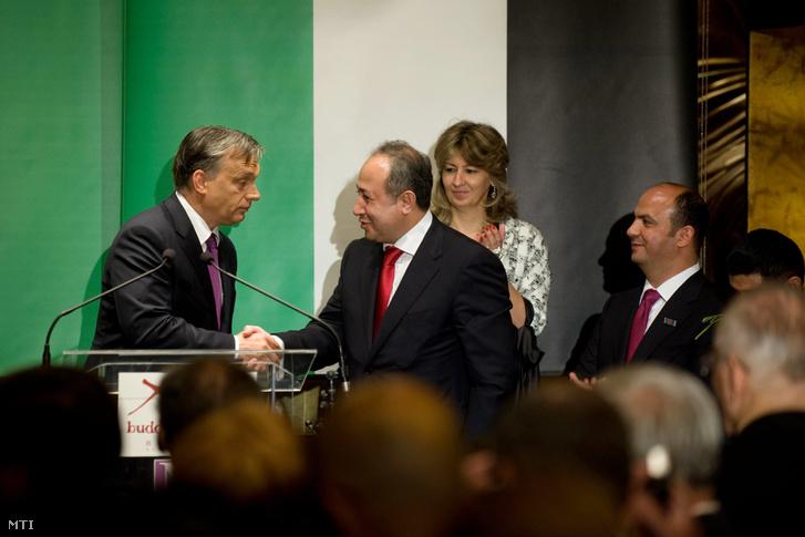 Orbán Viktor miniszterelnök (b) és Zaid Naffa Jordánia magyarországi tiszteletbeli konzulja kezet fog a Buddha-Bar Hotel Klotild Palace megnyitó ünnepségén 2012. június 14-én.