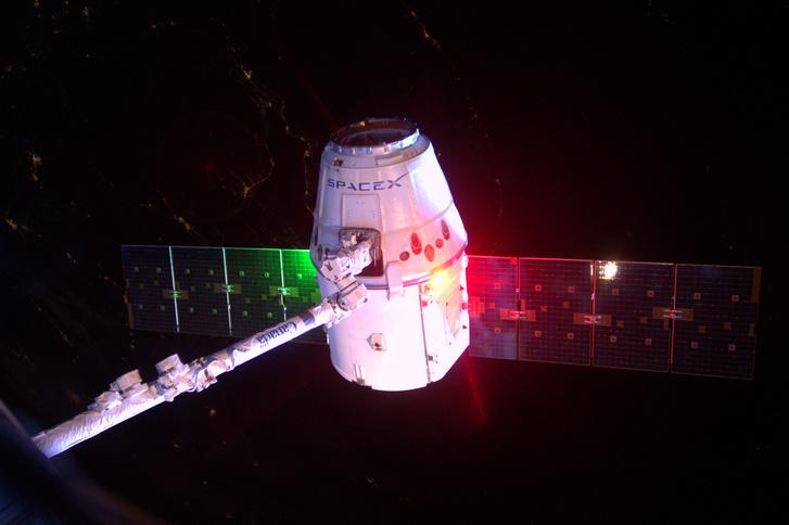 A SpaceX Dragon teherűrhajóját az űrállomás CanadArm karja tartja