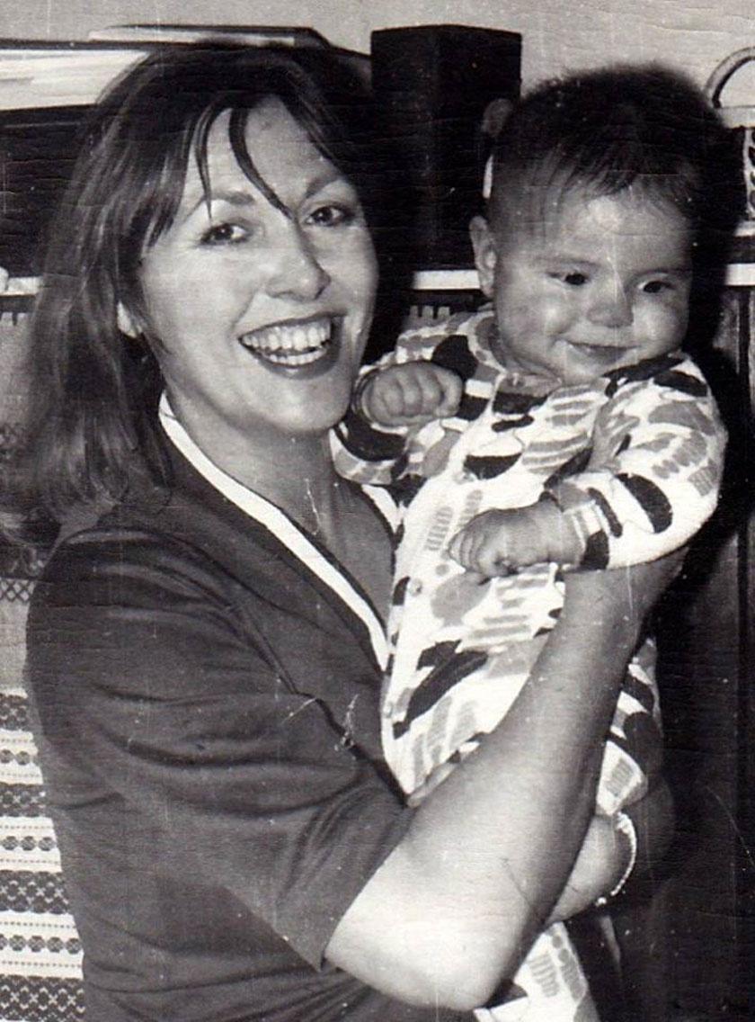 Kun Magda gyermekével.
