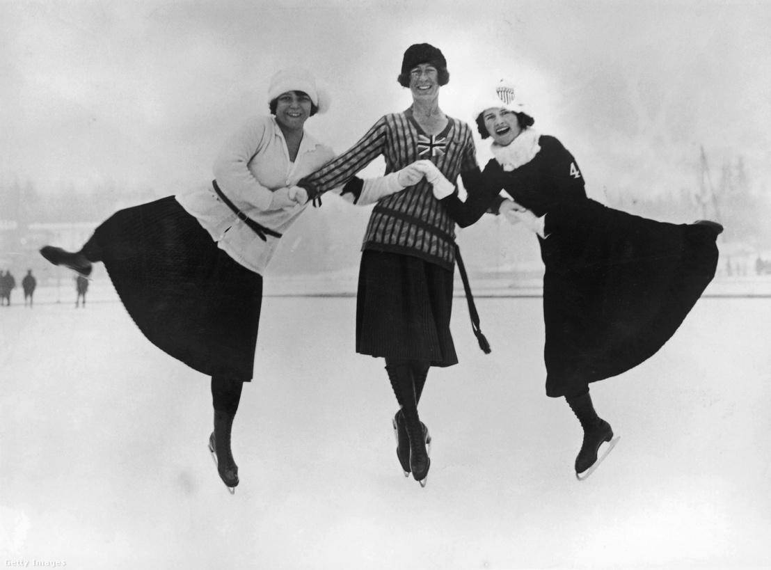 Az 1924-es téli olimpia érmesei. A bal oldalon egyébként az aranyérmet elnyerő osztrák színekben versenyző magyar származású Herma Szabo látható.