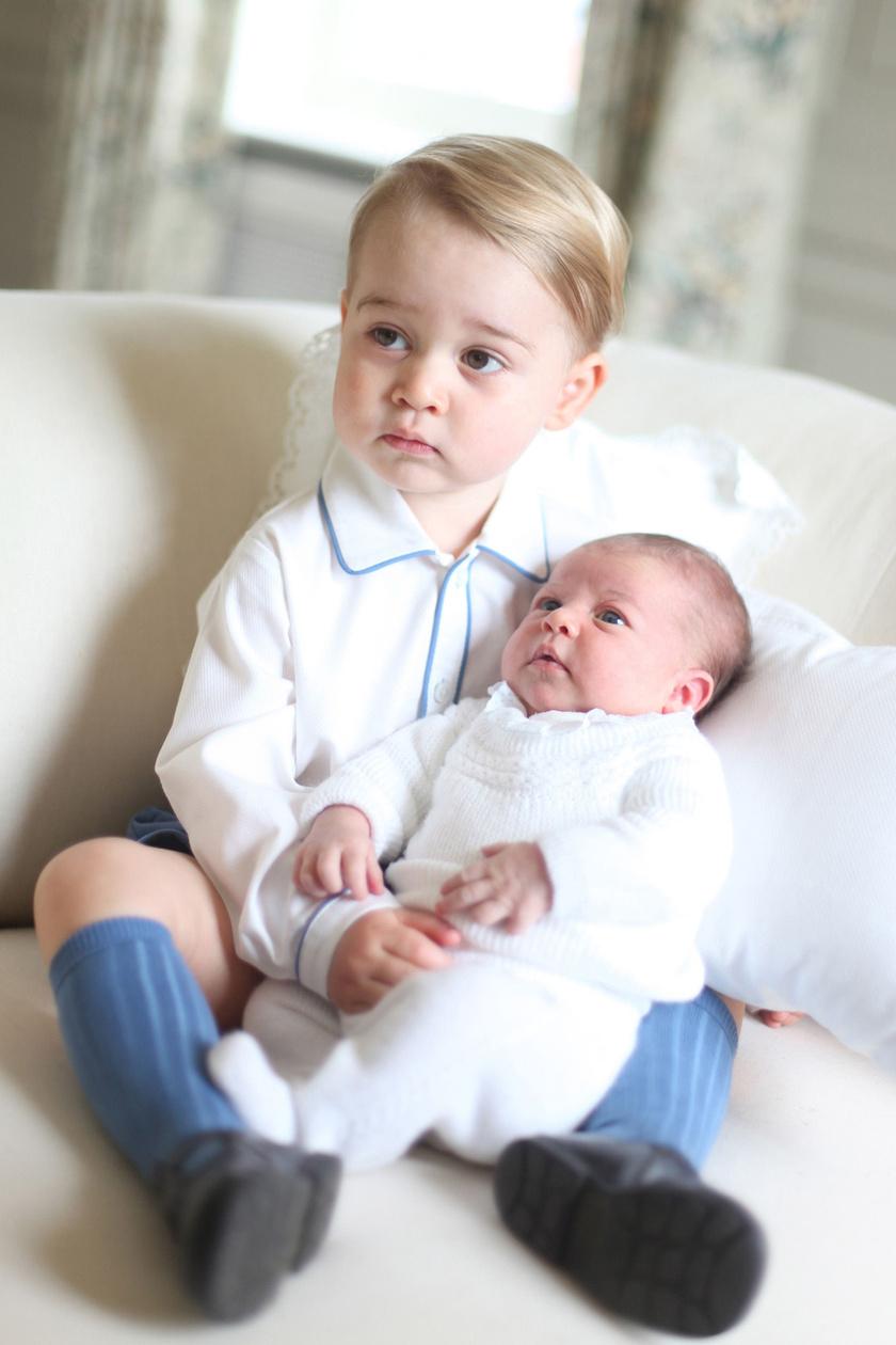 Annak idején a kis György is dajkálta a hugicáját, Charlotte-ot.