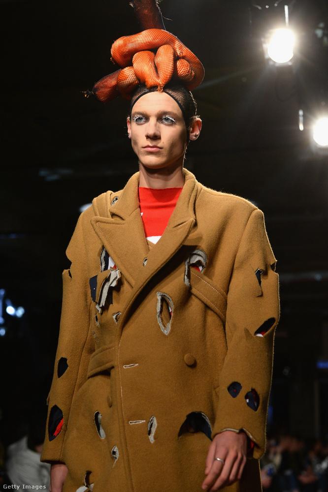Gyárilag szakadt kabát és valami egészen furcsa, kolbászra (?) emlékeztető fejdísz  Charles Jeffrey LOVERBOY modelljén Londonban.