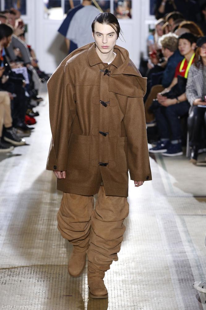 UGG combcsizma és gyárilag félrecsúszott barna kabát az Y/Project  kifutóján.