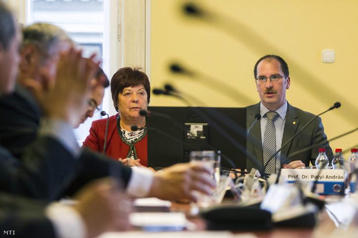 Patyi András a Nemzeti Választási Bizottság (NVB) elnöke és Pálffy Ilona a Nemzeti Választási Iroda (NVI) elnöke (b) a testület ülésén 2016. február 29-én.