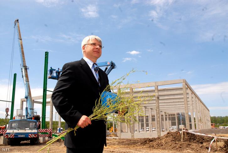 2007. május 18. Hartmann Péter a Zöld Olaj BB Zrt. elnöke kezében repcét tartva áll az épülő üzem elõtt. Bokrétaavató ünnepséget tartottak Visontán ahol mintegy 35 milliárd forintos beruházással évente 40 ezer tonna biodízelt előállító üzemet épít a Zöld Olaj BB Zrt.