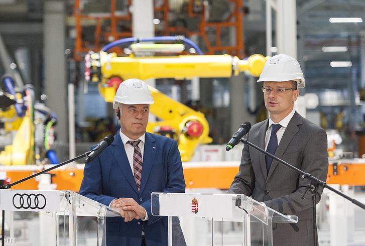 Szijjártó Péter külgazdasági és külügyminiszter (j) és Peter Kössler, az Audi Hungária Zrt. igazgatóságának elnöke az Audi Hungária épülő győri karosszériaüzemében tartott sajtótájékoztatójukon 2017. május 23-án.