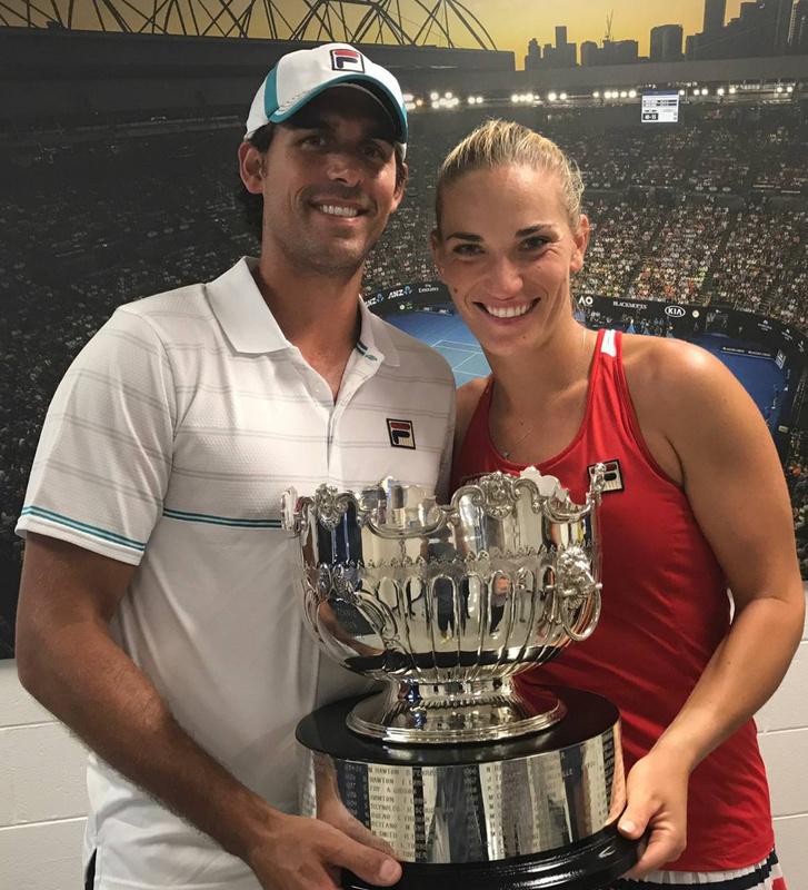 Az edző Thomas Drouet és Babos Tímea az Austrial Openen nyert trófeával
