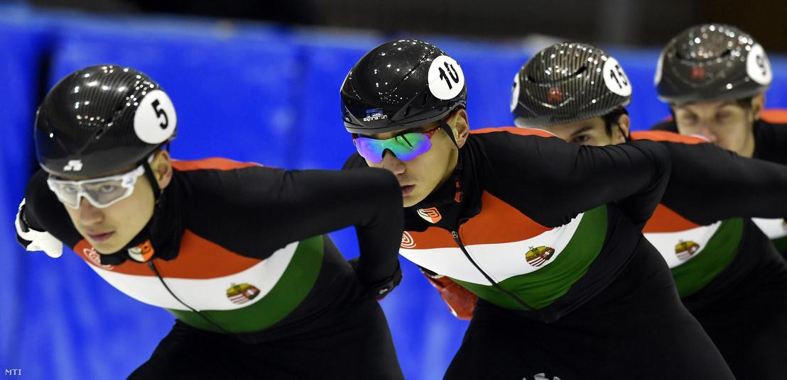 Liu Shaolin Sándor (b2) és testvére Liu Shaoang (b) a drezdai rövidpályás gyorskorcsolya Európa-bajnokságra készülő magyar válogatott tagjai a csapat edzésén a fővárosi Gyakorló Jégcsarnokban 2018. január 10-én.