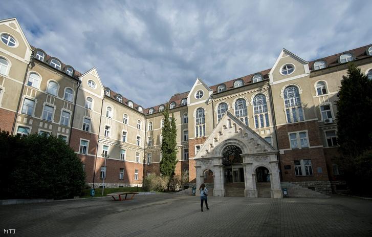 A Pécsi Tudományegyetem (PTE) Bölcsészettudományi és Természettudományi karának épülete 2016. március 31-én.