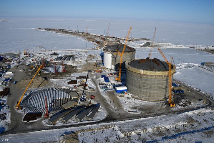 Gáztározók a Jamal-félszigeten található Sabetta kikötőjében. A projektben a kínai Selyemút Alap 9,9%-os részesedést vásárolt.