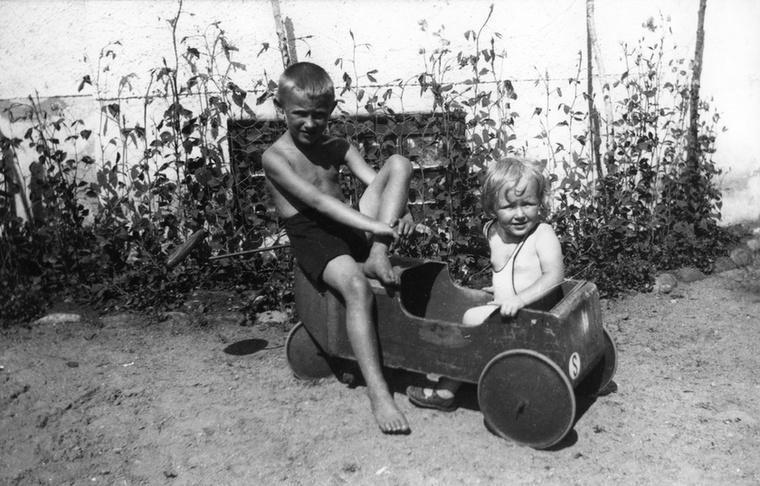 Szó szerint született kereskedő volt, már ötévesen azzal keresett magának zsebpénzt, hogy gyufákat árult a szomszédoknak, hétévesen már kibővítette a  portfólióját, sőt biciklin szállította a termékeit