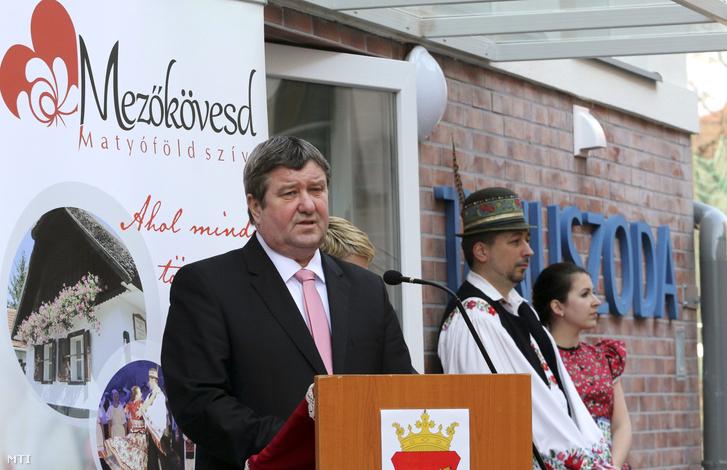 Tállai András a Nemzetgazdasági Minisztérium parlamenti és adóügyekért felelős államtitkára a térség fideszes országgyűlési képviselője beszédet mond az új városi tanuszoda átadásán Mezőkövesden.