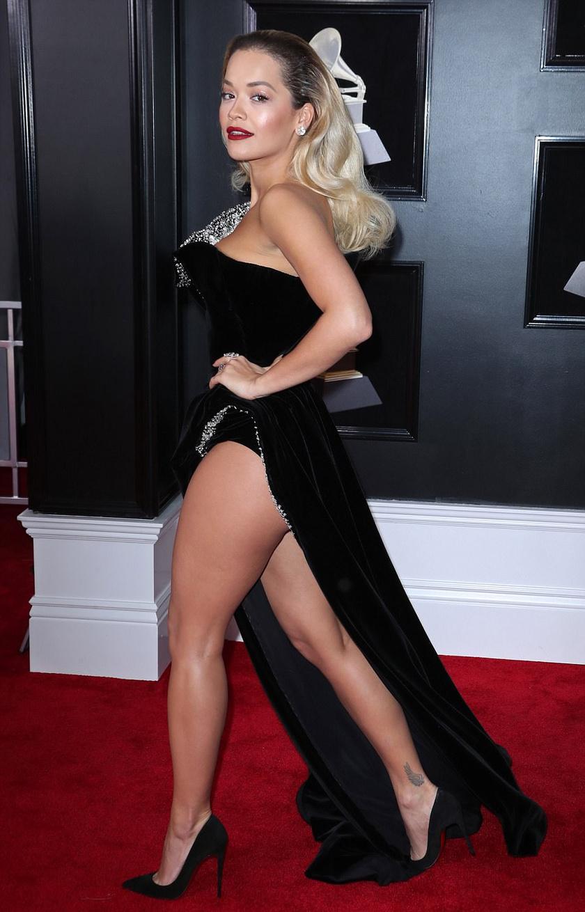 Rita Ora ebben a bársony Ralph & Russo-estélyiben nemcsak hosszú combjait, de még a fenekét is megvillantotta.