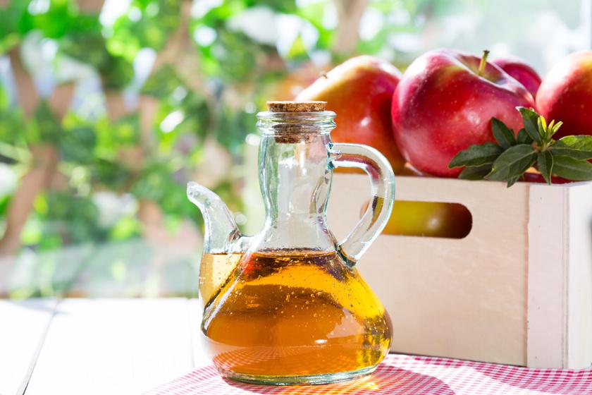 Celluxszal ragaszd rá az almaecettel átitatott vattát a problémás területre. Másnap dörzsöld át habkővel. Hidratálásként kenj rá egy kis olívaolajat.