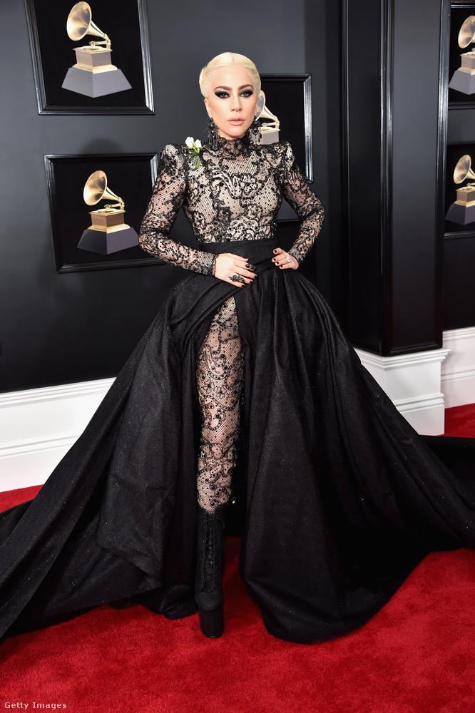 Lady Gaga egy gót stílusú Armani Privé ruhában vonult be a Grammyre.