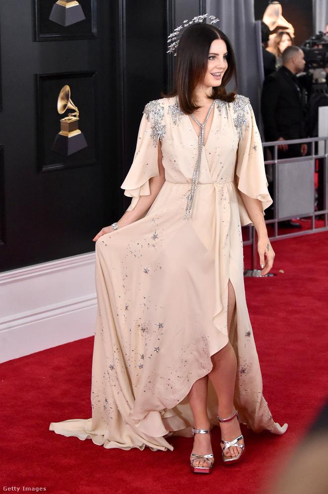 Lana del Rey külön neki készített Gucci estélyiben volt.