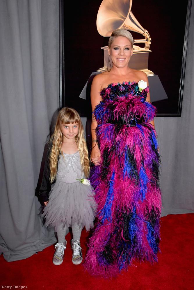 Pink kislányával vonult vörös szőnyegre