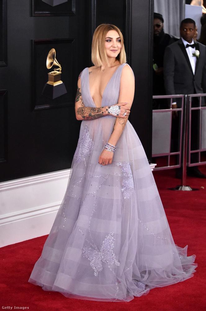 Julia Michaels énekesnő is bevállalósan öltözködött fel, bár első blikkre az embernek lehet, hogy a terebélyes szoknya vonja magára a figyelmét.
