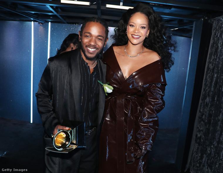 És ehhez persezhogy nem egy flitteres estélyit vett fel, hisz ő mégiscsak Rihanna: egy lakk kabátot, csizmát és hozzá illő kesztyűt kapott fel Alexander Vauthier-tól.