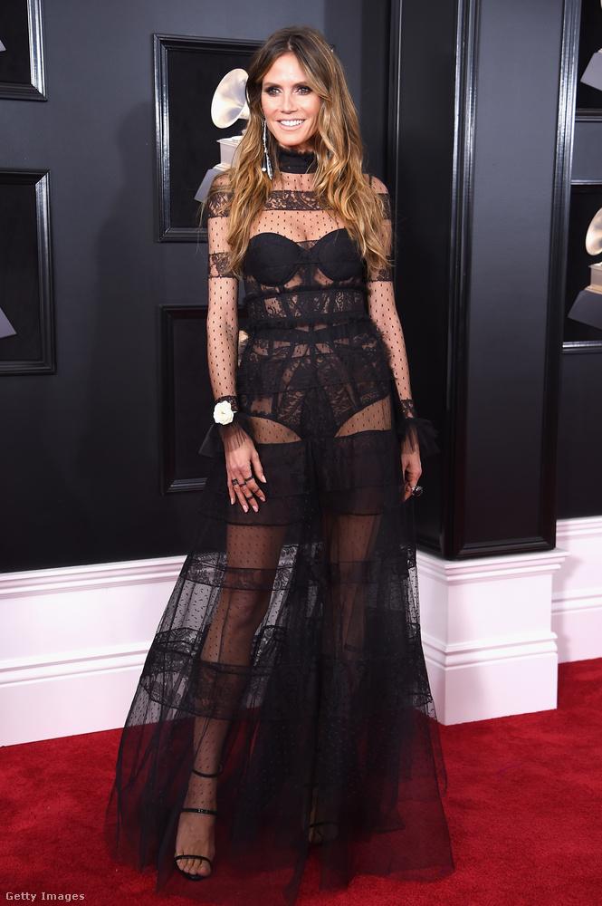 Heidi Klum is a legszexibb énjét hozta, igaz, 2018-ra azért már kezdenek eléggé uncsivá válni az ilyen fazonú ruhák.
