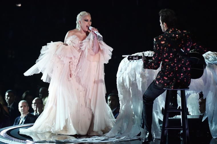 ...Lady Gaga fellépőruhájára is muszáj szánnunk egy másodpercet