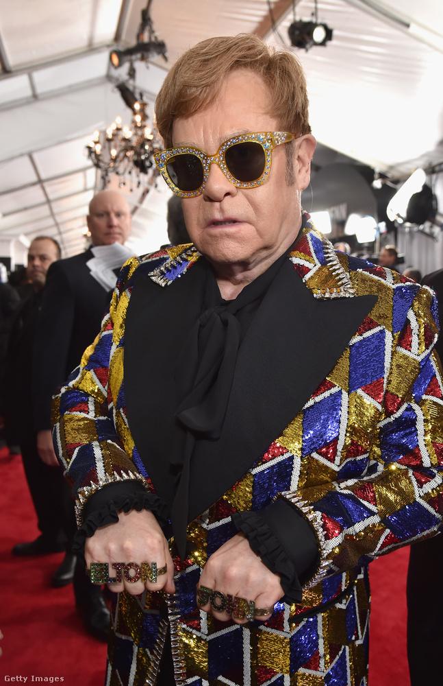 Elton John viszont saját szupersztárságával poénkodott, oltárian ízléstelen, de épp ezért zseniális kiegészítőkkel.