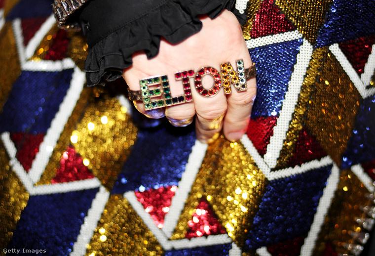 A flitteres zakóhoz színeiben tökéletesen illő kristálygyűrű dukál!