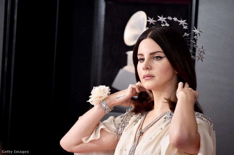Másik személyes kedvencünk Lana Del Rey, aki szintén Guccit visel, de egész más stílusban utazik, mint Elton John