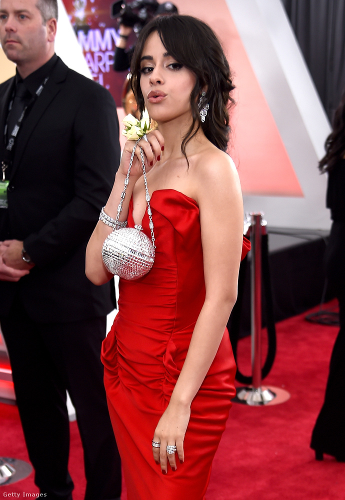 Camila Cabello énekesnő piros Vivienne Westwood Couture ruháját csillogó ékszerekkel egészítette ki a Bulgari Serpenti kollekciójából, többek közt fehérarany és gyémánt fülbevalókkal, karkötővel és két gyűrűvel
