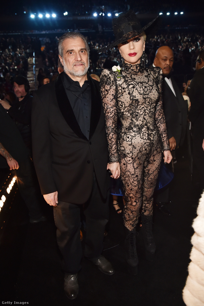 Itt pedig Gaga Joe Germanotta kezét szorongatja és időközben lecsatolta a fekete szoknyarészt a csipke Armani Privé kezeslábasról.
