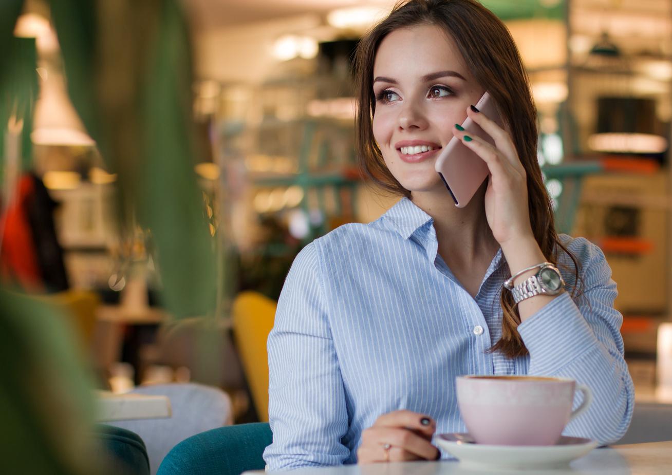 nő telefonál kávézik
