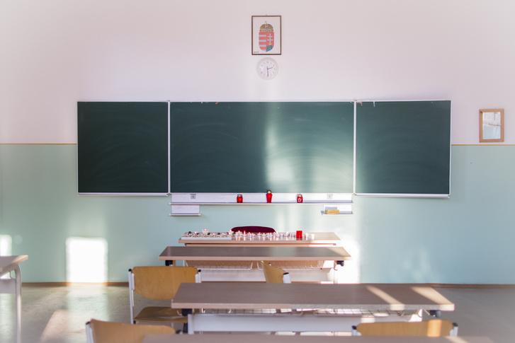 Hír-, eseményfotó 1. díj Asszonyi Eszter: Megemlékezés Gyertyák égnek a Szinyei Merse Pál Gimnázium egyik osztálytermében Budapesten, 2017. január 21-én. Legalább tizenhatan meghaltak és többen megsérültek a balesetben, amikor egy diákokat szállító busz felborult és kiégett Olaszország északi részén.  Január 23-án nemzeti gyásznapot tartottak országszerte, a balesetben elhunyt áldozatokra emlékezve.