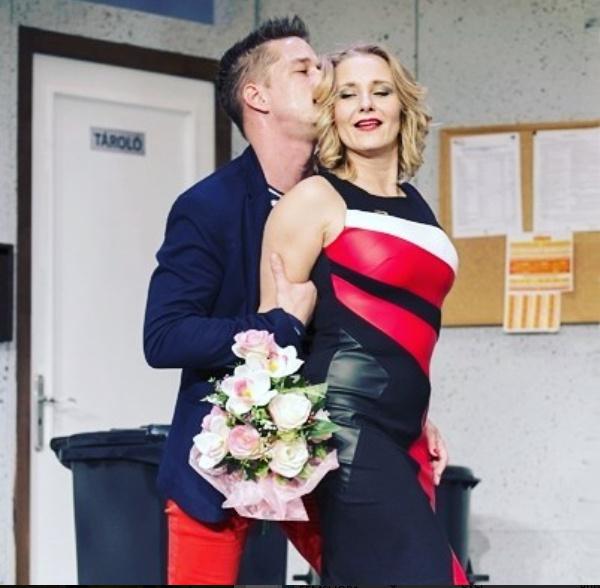 Méra Katalin dögös feleségként a színpadon.