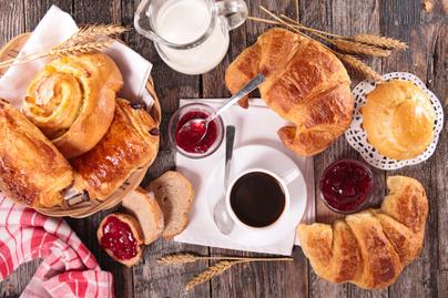 reggeli-brios-kave-croissant