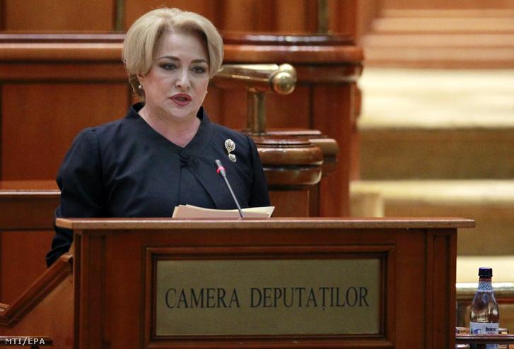 Viorica Dancila kijelölt román miniszterelnök a parlament két házának ülésén 2018. január 29-én, mielőtt a törvényhozók szavaznak a kormányáról.