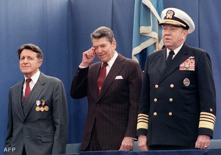 1987 novembere. Reagan elmorzsol egy könnycseppet Caspar Weinberger (balra) a csillagháborús programot  öt éven át felügyelő védelmi miniszterének visszavonulása napján.