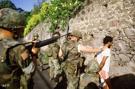 Egy marxista gyanús elem letartoztatása Grenadán